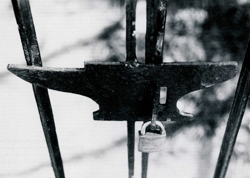 """""""Doxology,"""" 55 South Street, Charleston, South Carolina, 1993, photograph by Claire Y. Greene,<em>Keeper of the Gate</em><em>: Designs in Wrought Iron by Philip Simmons, Master Blacksmith</em>, courtesy of the Philip Simmons Foundation."""