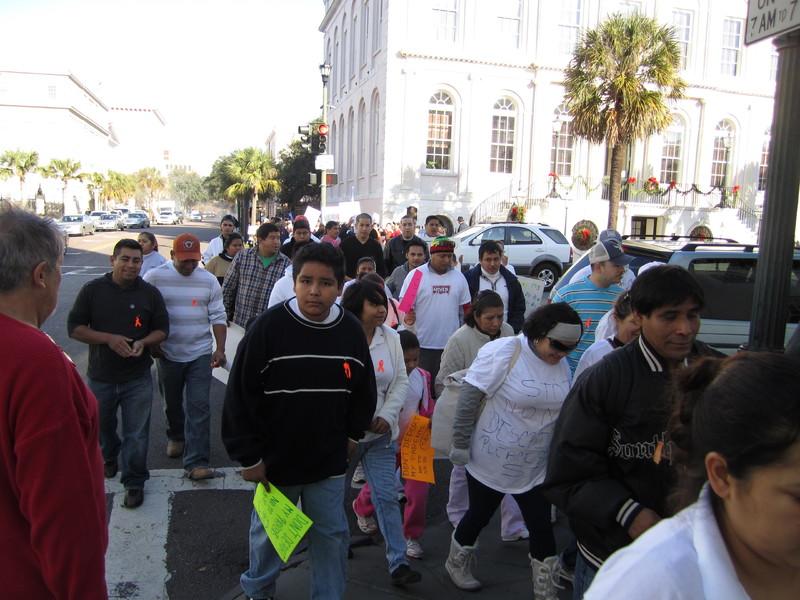 Participantes de la Concentración de la Unidad y la Paz, fotografía de Marcela Rabens, Charleston, Carolina del Sur, 19 de diciembre de 2011.