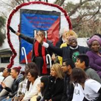 Participantes del desfile portando carteles en el desfile del dia de Martin Luther King Jr., fotografía de Kerry Taylor, Charleston, Carolina del Sur, 16 de enero de 2017.