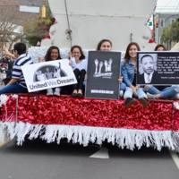 Participantes del desfile portando carteles en el desfile del dia de Martin Luther King Jr., fotografía de Marcela Raben, Charleston, Carolina del Sur, 16 de enero de 2017.