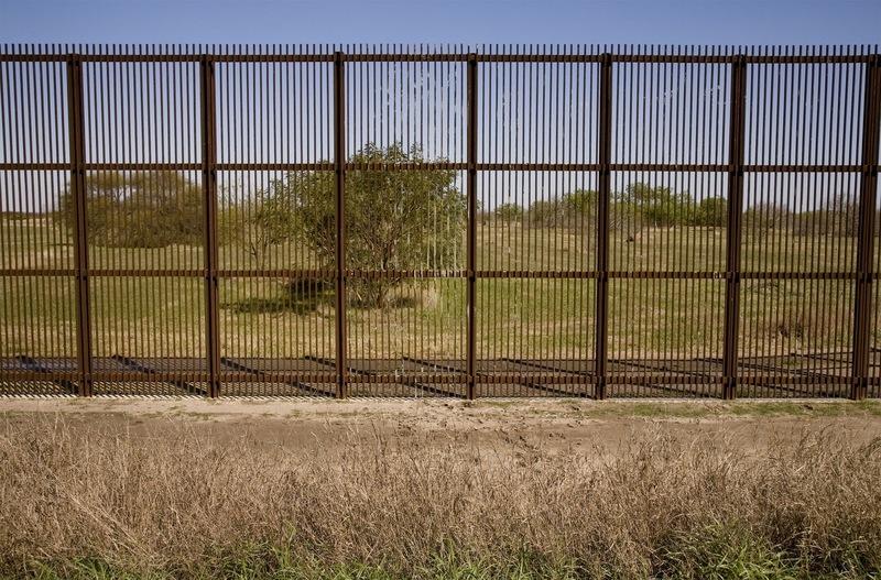 Muro fronterizo entre México y Estados Unidos, fotografía de Susan Harbage Page, cerca de Brownsville, Texas, 2010.