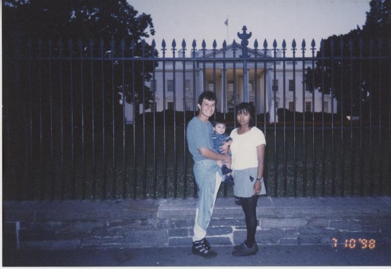 Mario Puga y Alma López frente a la Casa Blanca, Washington DC, 1997, por cortesía de Alma López.